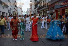 Veracruz, Ver., 27 de septiembre de 2016.- Acompa�ada en su papaqui por las mascotas de los equipos �guila de Veracruz y Tiburones Rojos, la conductora de deportes se registr� como candidata a Reina del Carnaval.