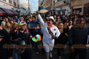 Veracruz, Ver., 27 de septiembre de 2016.- Luego de un papaqui por la avenida Independencia, el comediante y locutor V�ctor �El Jarocho� S�nchez, se registr� como candidato a Rey del Carnaval 2017.