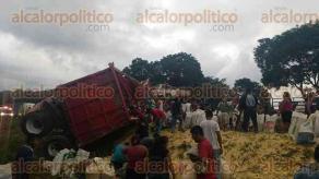Cuitl�huac, Ver., 27 de septiembre de 2016.- El segundo remolque de un tr�iler se desprendi� y volc� en la autopista Veracruz- M�xico, en el tramo C�rdoba � Entronque La Tinaja. Lugare�os acudieron a recoger la carga que se reg�.