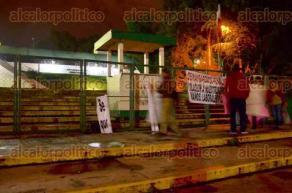 Xalapa, Ver., 28 de septiembre de 2016.- Desde las 6:00 horas de este mi�rcoles un grupo de docentes lleg� a las instalaciones de la SEV para manifestarse por el adeudo a 160 profesores desde hace m�s de seis meses.