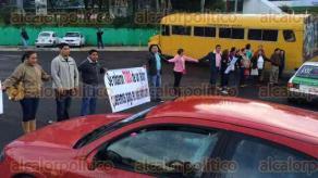 Xalapa, Ver., 28 de septiembre de 2016.- A las 7:40 horas docentes como ya lo hab�an advertido bloquearon de la carretera Xalapa � Veracruz, frente a la SEV con direcci�n hacia Tesorer�a.