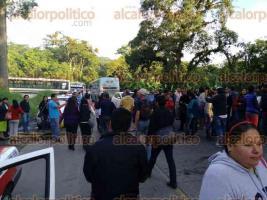 Coatepec, Ver., 28 de septiembre de 2016.- Docentes bloquean carretera Coatepec-Xico en ambos carriles en reclamo de pagos y prestaciones laborales que adeuda la SEV Y SEFIPLAN.