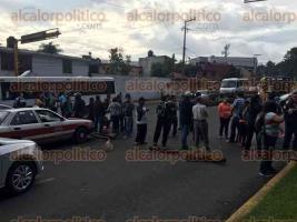 Xalapa, Ver., 28 de septiembre de 2016.- Manifestantes cierran vialidad en la avenida Xalapa con el entronque de Ruiz Cortines a la altura de SEFIPLAN y tambi�n L�zaro C�rdenas ambos sentidos.
