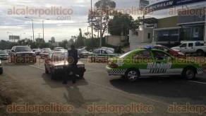 Xalapa, Ver., 28 de septiembre de 2016.- Personal de Tr�nsito del Estado apoya a los automovilistas en Las Trancas y Corral Falso e informa que una v�a alterna es el libramiento Xalapa si buscan seguir hacia M�xico.