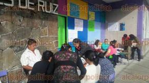 Orizaba, Ver., 28 de septiembre de 2016.- Maestros de escuelas de la regi�n se manifiestan afuera de sus centros escolares para exigir que el Gobierno del Estado les pague prestaciones pendientes; hoy se sumaron algunas escuelas que no hab�an participado en la protesta los d�as anteriores.