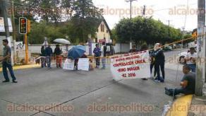 Xalapa, Ver., 28 de septiembre de 2016.- Docentes de la escuela primaria Luis J. Jim�nez bloquean la avenida 20 de Noviembre, a la altura de la calle Independencia; tambi�n los docentes del jard�n de ni�os Pestalozzi, ubicado en la calle Justo Sierra.