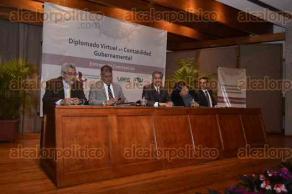 Xalapa, Ver., 28 de septiembre de 2016.- Lorenzo Antonio Portilla V�squez, auditor general del ORFIS, entreg� constancias a los participantes del Diplomado Virtual de Contabilidad Gubernamental, en el Auditorio del Museo de Antropolog�a.