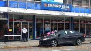 Veracruz, Ver., 28 de septiembre de 2016.- Polic�as navales y estatales acudieron al �Empe�o F�cil� ubicado en la esquina de Valent�n G�mez Far�as y V�ctimas del 25 de Junio, para recabar informaci�n acerca de 2 delincuentes que robaron el lugar y huyeron.
