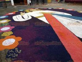 Coatepec, Ver., 29 de septiembre de 2016.- Coloridos tapetes elaborados con aserr�n adornaron las calles que fueron recorridas la tarde de este jueves durante la bajada de arcos florales en honor a San Jer�nimo, santo patrono de los coatepecanos.
