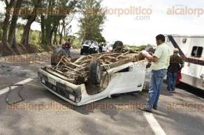 Veracruz, Ver., 29 de septiembre de 2016.- Una camioneta Nissan volc� en la carretera Veracruz-Xalapa, a la altura del parque industrial Santa Fe, despu�s de que presuntamente un motociclista invadiera su carril e hiciera perder el control del veh�culo al conductor.