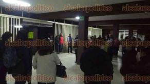 Xalapa, Ver., 30 de septiembre de 2016.- Poco antes de las 6:30 horas docentes de la Benem�rita Normal Veracruzana iniciaron paro de labores en reclamo por la falta de sueldo correspondiente a la actual quincena.