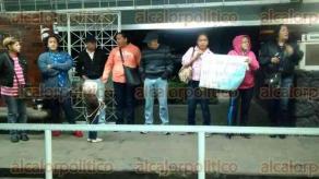 Xalapa, Ver., 30 de septiembre de 2016.- Aproximadamente 30 docentes iniciaron cerca de las 7:00 horas bloqueo de los accesos de la SEFIPLAN, este viernes.