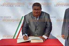 Xalapa, Ver., 30 de septiembre de 2016.- El regidor Ignacio V�zquez presidi� la guardia de honor de la CTM estatal, ante el monumento a Miguel Hidalgo.