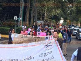 Xalapa, Ver., 30 de septiembre de 2016.- Aproximadamente a las 10 de la ma�ana, docentes de la Normal Veracruzana iniciaron marcha hacia la Plaza Lerdo en exigencia de pagos que adeuda el Gobierno estatal.