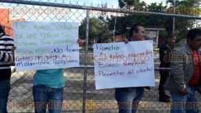 Xalapa, Ver., 30 de septiembre de 2016.- Padres de familia de la localidad de la Estanzuela tomaron las instalaciones de Espacios Educativos para exigir cumplimiento de una obra; al llegar a un acuerdo, dejaron entrar al personal.