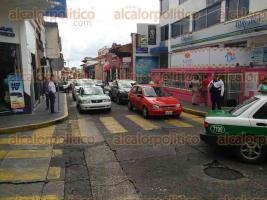 Xalapa, Ver., 30 de septiembre de 2016.- Ante el bloqueo de la calle Enr�quez por docentes minutos antes del mediod�a, oficiales de Tr�nsito agilizan la vialidad hacia