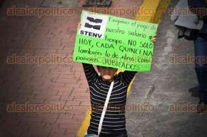 Xalapa, Ver., 30 de septiembre de 2016.- Cerca de las 11:20 horas docentes que marcharon desde la BENV llegaron a plaza Lerdo; se unieron a la protestan profesores de Educaci�n B�sica, quienes s� cerraron la vialidad.