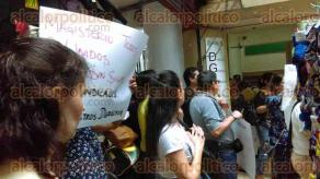 Xalapa, Ver., 30 de septiembre de 2016.- Se unen trabajadores de la Direcci�n General de Bachillerato a las manifestaciones de este viernes; est�n afuera de las instalaciones en el Pasaje Revoluci�n.