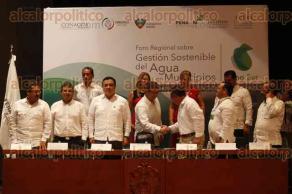 Veracruz, Ver., 30 de septiembre de 2016.- Inauguraron el Foro Regional Sobre Gesti�n Sostenible del Agua en Municipios Zona Sur en la ciudad de Veracruz. Asistieron funcionarios de CONAGUA, alcaldes y representantes del Gobierno estatal.