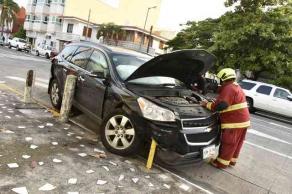 Veracruz, Ver., 30 de septiembre de 2016.- Un autom�vil oficial de la Secretar�a de Marina choc� con una camioneta de lujo en calles de la colonia Ricardo Flores Mag�n; por el impacto, el auto se fue contra la fachada de una casa. Los dos hombres a bordo del coche resultaron con lesiones menores.