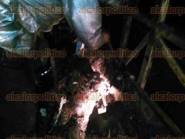 Amatl�n, Ver., 1 de octubre de 2016.- Al impacto con el tr�iler, el autob�s qued� enganchado y fue arrastrado m�s de 50 metros, incendi�ndose y quedando reducido a chatarra.