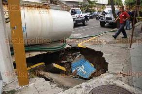 Veracruz, Ver., 20 de octubre de 2016.- Una pipa cargada con agua qued� atascada en un hundimiento de grandes proporciones que se registr� sobre la calle de V�ctimas del 5 y 6 de julio en la colonia Zaragoza, a unos metros de las oficinas del Grupo MAS.