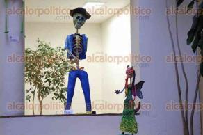 Xalapa, Ver., 20 de octubre de 2016.- Este jueves el Colectivo X�lotl inaugur� la exposici�n de obras pl�sticas �La muerte es nuestra� en la Galer�a de Arte de la Biblioteca Carlos Fuentes, con lo cual inicia el festival