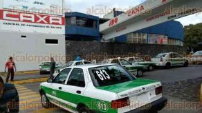 Xalapa, Ver., 21 de octubre de 2016.- Tras ri�a en la que golpearon a un taxista en la Central de Autobuses de Xalapa, sus colegas cerraron el acceso a la Terminal.