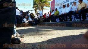 Veracruz, Ver., 21 de octubre de 2016.- El gobernador interino, Flavino R�os Alvarado; la delegada de SEDESOL, Anil� Ingram Vallines y el senador Jos� Yunes Zorrilla, encabezan entrega apoyos para pescadores de la ciudad de Veracruz.