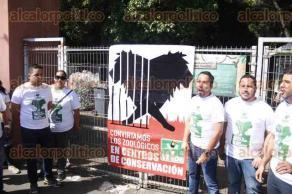 Veracruz, Ver., 21 de octubre de 2016.- El regidor del Partido Verde Ecologista de M�xico, Jos� Gonz�lez, clausur� de manera simb�lica el acceso al Zool�gico de la ciudad