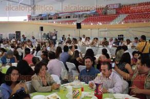 Xalapa, Ver., 21 de octubre de 2016.- Con motivo del D�a del Empleado, el alcalde Am�rico Z��iga comi� y convivi� con trabajadores al servicio del Ayuntamiento de Xalapa en las instalaciones del Vel�dromo.