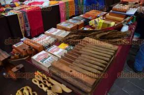 Xalapa, Ver., 21 de octubre de 2016.- En el paseo del Puente Xalapa se instal� el Tercer Encuentro Artesanal de Manos Veracruzanas �Rescatando Tradiciones�, donde se podr� encontrar una variedad de productos.