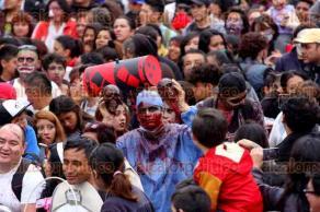 Ciudad de M�xico, 22 de octubre de 2016.- En la Ciudad de M�xico, cientos de zombies marcharon del Monumento a la Revoluci�n al Z�calo llamando la atenci�n de los transe�ntes.