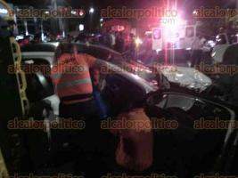 Xalapa, Ver., 22 de octubre de 2016.- Tres heridos y da�os materiales dej� esta noche de s�bado un choque en la avenida L�zaro C�rdenas, frente al hotel HB.