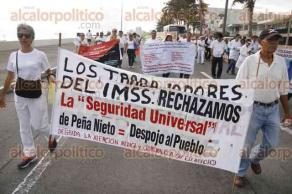 Veracruz, Ver., 23 de octubre de 2016.- M�dicos del Seguro Social encabezaron una marcha sobre el bulevar �vila Camacho para protestar por las reformas del Gobierno federal. Exigen m�s apoyo al sector salud.