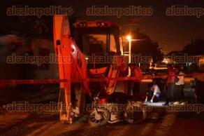 Veracruz, Ver., 23 de octubre de 2016.- Un motociclista de 22 a�os perdi� la vida la madrugada de este domingo, en la calle Pel�cano, al chocar contra una retroexcavadora. Al sitio acudieron param�dicos, fuerzas polic�acas y personal de Servicios Periciales.