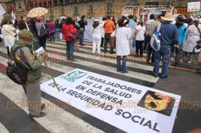 Ciudad de M�xico, 23 de octubre de 2016.- Alrededor de 200 m�dicos y trabajadores del Sector Salud, en el D�a del M�dico, marcharon del �ngel de la Independencia al Z�calo para exigir se frene la Reforma en Salud, la defensa de los derechos laborales y para tener equipamiento y medicamentos en sus centros de trabajo.