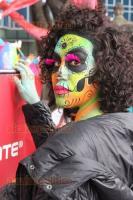 Ciudad de M�xico, 23 de octubre de 2016.- Desfilan en la Ciudad de M�xico cientos de personas caracterizadas de catrinas y catrines a unos d�as de la festividad de D�a de Muertos en M�xico.