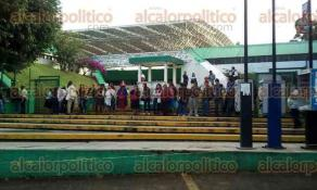 Xalapa, Ver., 24 de octubre de 2016.- Los padres de familia de Xiquila bloquean el acceso principal de la SEV, la ma�ana de este lunes.