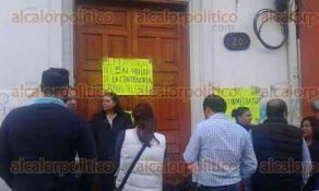 Xalapa, Ver., 24 de octubre de 2016.- Trabajadores toman las oficinas de la Contralor�a del Estado, ubicada en Carrillo Puerto n�mero 20, para exigir el pago del programa de Cinco al Millar.