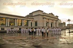 Veracruz, Ver., 24 de octubre 2016.- La Primera Regi�n Naval organiz� el izado de Bandera en la Plaza de la Rep�blica. El acto c�vico cont� con la participaci�n de un contingente de oficiales y banda de m�sica de la SEMAR. Algunos regidores del ayuntamiento de Veracruz tambi�n asistieron.