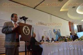 Xalapa, Ver., 24 de octubre de 2016.- El gobernador Flavino R�os Alvarado entreg� la medalla
