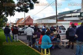 Xalapa, Ver., 24 de octubre de 2016.- Docentes del Sindicato Magisterial Veracruzano cerraron los dos carriles de la avenida Orizaba a la altura de las oficinas de la Subdirecci�n de Escuelas Secundarias Estatales.
