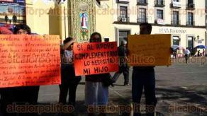 Xalapa, Ver., 24 de octubre de 2016.- Madres de familia se manifestaron esta ma�ana en Plaza Lerdo, piden a la SEV que no les cierre las puertas a ni�os y ni�as con capacidades diferentes.