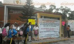Zozocolco, Ver., 24 de octubre de 2016.- Desde temprana hora alumnos y padres de familia de la Secundaria General de Zozocolco se manifestaron en el plantel.