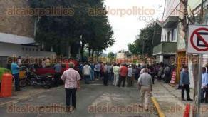 Xalapa, Ver., 24 de octubre de 2016.- Un grupo de aproximadamente 70 personas de AC se manifiestan en contra de Transporte P�blico bloqueando la calle Manuel Herrera; posteriormente marcharon sobre �vila Camacho.