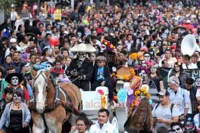 Ciudad de M�xico, 23 de octubre de 2016.- Desfilan cientos de personas caracterizadas de catrinas y catrines a unos d�as de celebrar el D�a de Muertos, en el Z�calo capitalino.