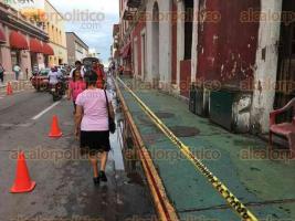 Veracruz, Ver., 24 de octubre de 2016.- Pese a que la cornisa podr�a caer sobre alg�n transe�nte, los due�os de edificios en el Centro Hist�rico no los mandan a reparar.