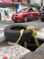 Veracruz, Ver., 24 de octubre de 2016.- Sobre la calle Miguel Hidalgo, entre Cort�s y Canal, del Centro Hist�rico, hay dos registros rotos de las Comisi�n Federal de Electricidad que son un riesgo para automovilistas y transe�ntes. Los hoyancos llevan m�s de un mes sin ser atendidos.