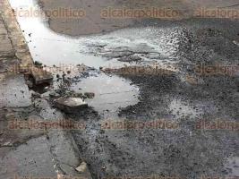 Veracruz, Ver., 24 de octubre de 2016.- En el carril de autobuses de la calle Miguel Hidalgo, entre Canal y Cort�s, de la ciudad de Veracruz, brota agua potable de una cuarteadura del pavimento, desperfecto que empeora con el paso de los camiones.